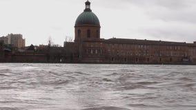 Saint Pierrebro över den Garonne floden och Kupol de la Grav i Toulouse lager videofilmer