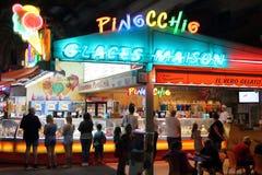 SAINT-RAPHAEL, ФРАНЦИЯ, 26-ОЕ АВГУСТА 2016: Создателя праздника ждут домашнее мороженое на популярном салоне мороженого Стоковые Изображения