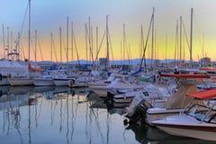 SAINT-RAPHAEL, FRANCES, LE 26 AOÛT 2016 : Bateaux amarrés au coucher du soleil dans le port au port de Provencal de Saint-Raphael Photographie stock libre de droits