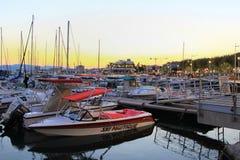 SAINT-RAPHAEL, FRANCES, LE 26 AOÛT 2016 : Bateaux amarrés au coucher du soleil dans le port au port de Provencal de Saint-Raphael Photos libres de droits