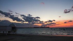 Saint Sebastian Lighthouse au Time Lapse de Cadix Espagne de crépuscule banque de vidéos