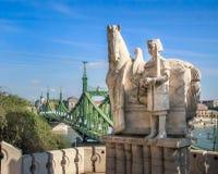 Saint Stephan King Statue e ponte da liberdade - Budapest, Hungria imagens de stock royalty free