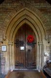 Saint Thomas Church Door avec l'affichage tricoté de pavots image libre de droits