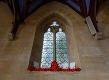 Saint Thomas Church Window avec l'affichage tricoté de pavots image stock
