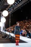 SAINT-TOKYO狭小通道的式样步行跑道在秋天冬天2017-2018奔驰车时尚星期俄罗斯 免版税图库摄影