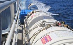 SAINT TROPEZ, FRANÇA - 21 DE AGOSTO DE 2016: Cartuchos do barco salva-vidas e o outro equipamento de segurança em uma balsa de pa Fotos de Stock Royalty Free