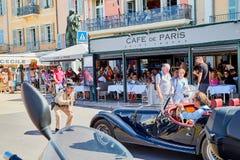Saint Tropez, Francia - 22 settembre 2018: Via nella vecchia parte della città in pieno dei turisti e del poliziotto fotografia stock