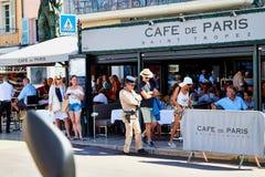 Saint Tropez, Francia - 22 settembre 2018: Via nella vecchia parte della città in pieno dei turisti e del poliziotto fotografia stock libera da diritti