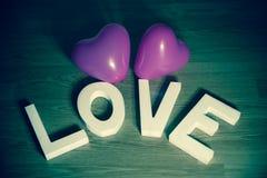 Saint Valentin actuel - aimez avec le fond vert de ballons roses de coeur Photo libre de droits