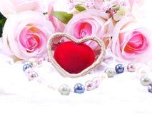 Saint Valentin avec le coeur et le fond rose de fleur Image stock