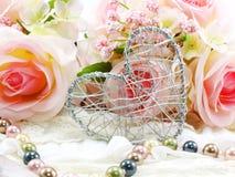 Saint Valentin avec le coeur et le fond rose de fleur Photo stock