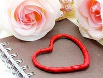 Saint Valentin avec le coeur et le fond rose de fleur Image libre de droits