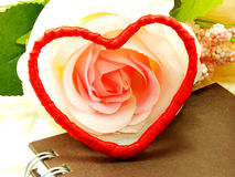 Saint Valentin avec le coeur et le fond rose de fleur Images stock