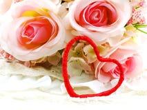 Saint Valentin avec le coeur et le fond rose de fleur Photographie stock