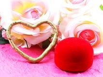Saint Valentin avec le coeur et le fond rose de fleur Photos libres de droits