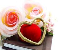 Saint Valentin avec le coeur et le fond rose de fleur Photos stock