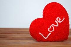 Saint Valentin avec le coeur rouge sur le bois Images stock