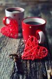 Saint-Valentin : Café pour deux et coeurs rouges Photographie stock