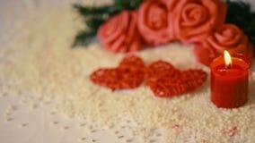 Saint Valentin de décoration avec la longueur de la combustion de fleur et de bougie de mouvement banque de vidéos
