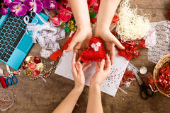 Saint-Valentin de jouets avec leurs propres mains, vue supérieure Image stock