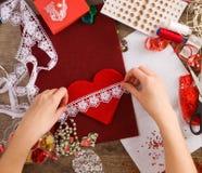 Saint-Valentin de jouets avec leurs propres mains, vue supérieure Image libre de droits