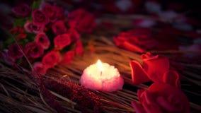 Saint Valentin de longueur avec la combustion de bouquet et de bougie de roses banque de vidéos