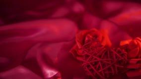 Saint Valentin de longueur de décoration avec la combustion de bougie et le bouquet de fleur banque de vidéos