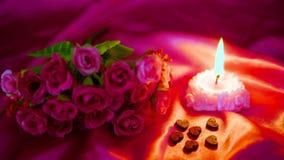 Saint Valentin de moment de décoration avec la combustion de fleur et de bougie de longueur clips vidéos
