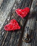 Saint-Valentin : deux coeurs et clés rouges Photographie stock