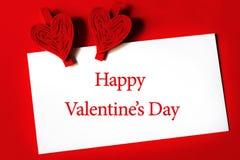 Saint-Valentin heureuse - feuille de papier avec les agrafes en forme de coeur Photographie stock