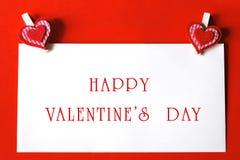 Saint-Valentin heureuse - feuille de papier avec les agrafes en forme de coeur Images libres de droits