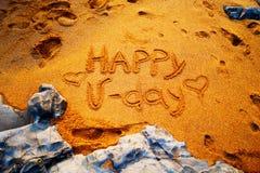 Saint Valentin heureux écrit sur le sable Images libres de droits
