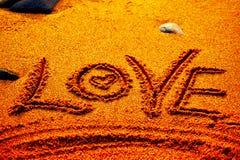 Saint Valentin heureux - aimez écrit sur la plage Photo libre de droits