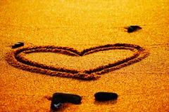 Saint Valentin heureux - aspiration de coeur sur la plage Image libre de droits