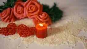 Saint Valentin heureux avec la fleur de décoration et la longueur brûlante de bougie clips vidéos