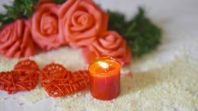 Saint Valentin heureux avec la fleur de décoration et la longueur brûlante de bougie banque de vidéos