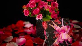 Saint Valentin heureux avec le bouquet de fleur de décoration, les boîte-cadeau et la longueur de pétales de rose clips vidéos