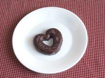 Saint-Valentin savoureuse Le chocolat a couvert le biscuit d'un plat Photographie stock