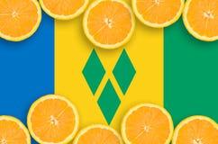 Saint Vincent och Grenadinerna flagga i citrusfruktskivahorisontalram royaltyfria foton