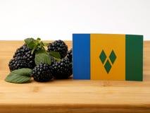 Saint Vincent och Grenadinerna flagga på en träpanel med bla Arkivbilder