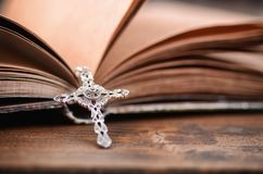 Sainte Bible, collier croisé chrétien sur un fond en bois photo stock