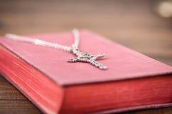 Sainte Bible, collier croisé chrétien sur un fond en bois photographie stock libre de droits