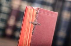 Sainte Bible, collier croisé chrétien sur un fond en bois images libres de droits