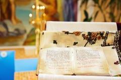 Sainte Bible dans l'église orthodoxe Images stock