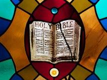 Sainte Bible en verre souillé photo stock