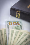 Sainte Bible et argent Photo libre de droits