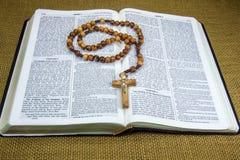 Sainte Bible et chapelet Images stock