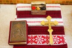 Sainte Bible et croix orthodoxe Image stock