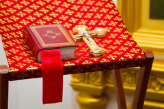 Sainte Bible et croix orthodoxe Photos stock