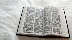 Sainte Bible ouverte de Matthew Photos stock